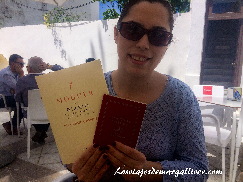 Margalliver con su pasaporte platero y su regalito en Moguer - Los viajes de Margalliver